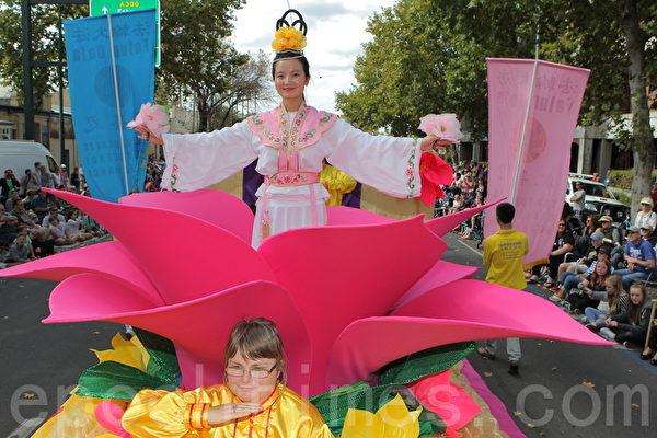 2015年4月5日澳洲維省著名金礦班迪戈舉行復活節盛裝大遊行。圖為法輪功學員在精心製作的蓮花車上表演,宛如仙女散花,下入凡間播撒希望的福音。(陳明/大紀元)