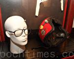 遇难者王楠的遗物。图为清晰见到子弹孔的头盔,遇难时所带眼镜,左边镜片被打碎。(蔡雯文/大纪元)