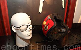 遇難者王楠的遺物。圖為清晰見到子彈孔的頭盔,遇難時所帶眼鏡,左邊鏡片被打碎。(蔡雯文/大紀元)
