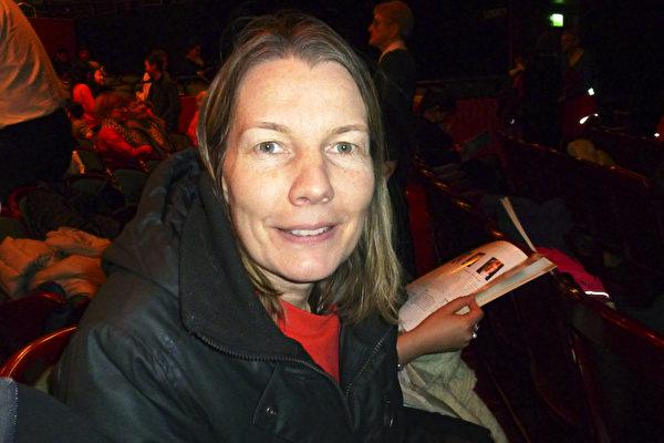 2015年4月5日下午,担任医疗助理的Eva Mehlin观看了神韵在斯德哥尔摩的第二场演出,感觉非常欣喜。(林达/大纪元)