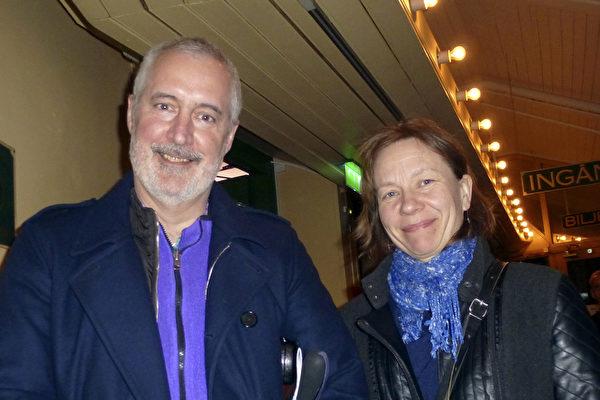 斯德哥尔摩大学教授Kevin Noone先生与夫人Birgitta Noone观看了2015年4月5日下午神韵国际艺术团在瑞典斯德哥尔摩的第二场演出,倍感高兴。林达/大纪元)