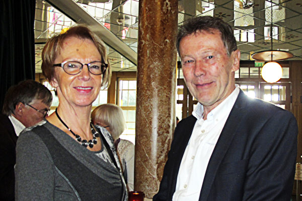 Bertil先生与夫人Eila一起观看了4月5日神韵国际艺术团在斯德哥尔摩的演出。(麦蕾/大纪元)
