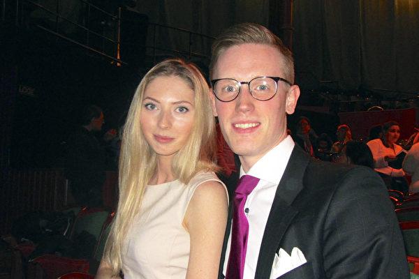 4月5日,瑞典作家Simon Löfgren先生与女友观看了神韵国际艺术团在首都斯德哥尔摩Cirkus大剧院的第二场演出。(Susanne Lamm/大纪元)