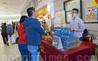 4月4日大华超市帝利分店,顾客向职员咨询LED灯泡事宜。(曹景哲/大纪元)