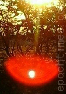 太阳下边出现包着红晕光球。(图:大法弟子/大纪元)