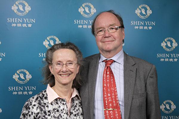 Tyrgils Saxlund先生是文史学家。2015年4月5日他和太太Susanne Saxlund观看演出后,喜悦之情溢于言表。(新唐人图片)