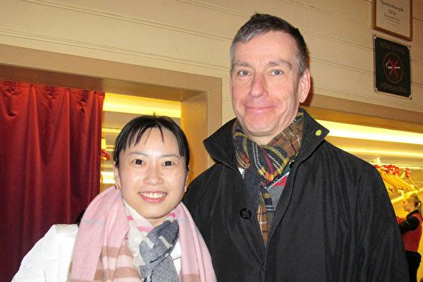 """华裔女士Rebecca和先生一起观看了4月5日斯德哥尔摩的神韵演出,他们赞叹神韵""""真是太棒了!""""(麦蕾/大纪元)"""