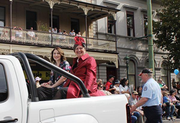 班迪戈市的年度榮譽市民(Bendigo Citizen of the Year)戴維斯博士(Dr Penelope K Davies)(右)在遊行隊伍中。(劉珍/大紀元)