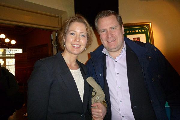 拥有自己咨询公司的总裁Marie Rerell女士和金融业者Stefan先生一起观赏了神韵演出后,对神韵赞赏不已。(林达/大纪元)