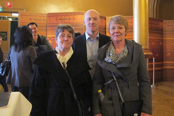Anette Mårtensson 女士是一位企业老板,拥有自己的公司,她和儿子、母亲三代人前来观看了4月6日斯德哥尔摩的神韵演出。(麦蕾/大纪元)