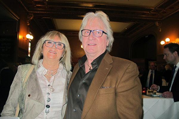 地产公司老板Björn Bergström先生和太太从500公里以外的哥德堡赶来,一睹神韵的风采后表达自己的感恩心情。(麦蕾/大纪元)