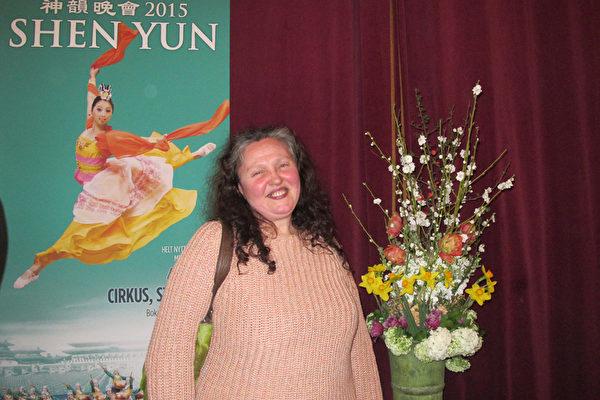 Olivera Johansson 女士在斯德哥尔摩经营自己的花店,她看完4月4日在斯德哥尔摩的神韵演出后非常激动,说自己被感动得哭泣。(麦蕾/大纪元)