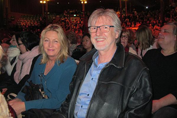 经济学家Alf Rudin先生和太太CharlotteRudin一起观看了4月6日的神韵演出,他们非常赞叹神韵艺术家的高超技艺。(麦蕾/大纪元)