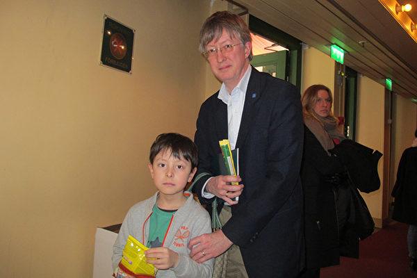 Carr Zetterling 先生是一名大学教授,他跟家人一起来观看了4月6日斯德哥尔摩的神韵演出,对神韵赞不绝口。(麦蕾/大纪元)