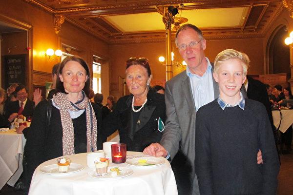 Patrik Ranberg是一位工程师,4月7日下午,他陪着母亲、带着妻子和儿子从距离斯德哥尔摩非常遥远的哥德兰岛(Gotland)赶来观看神韵演出。(麦蕾/大纪元)