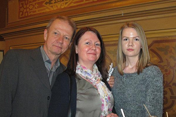 一起观看演出的Monica Jansson女士的弟弟一家:弟弟、他的夫人和他们的女儿。(麦蕾/大纪元)