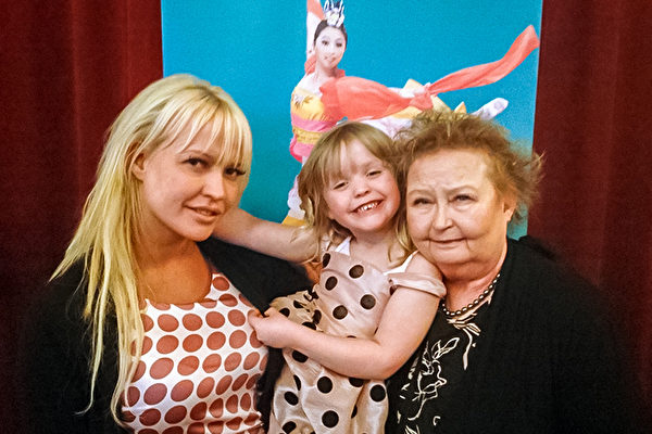IT公司CEO Monica Jansson女士在小外孙女的力荐之下,有缘欣赏了4月6日的神韵演出。从左到右为女儿Revell、小外孙女、Jansson女士。(Pirjo Svensson/大纪元)