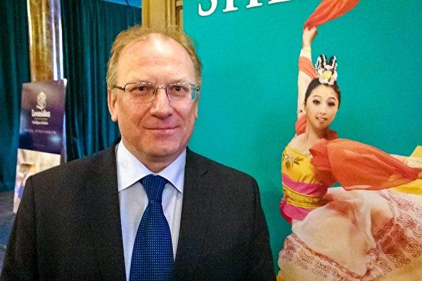 保加利亚大使Svetlan Stoev先生观看了神韵国际艺术团在瑞典首都斯德哥尔摩市中心的Cirkus大剧院的第三场演出。(Pirjo Svensson/大纪元)