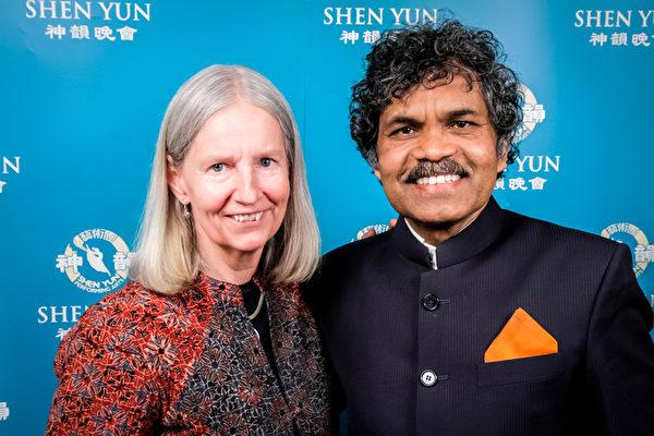 来自印度的艺术家PK Mahanandia和妻子Charlotte Von Schedvin观看了4月6日的神韵演出。(新唐人图片)