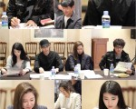 车太贤、金秀贤、孔孝真和IU等演员认真阅读剧本。(KBS 2TV 制作人提供)