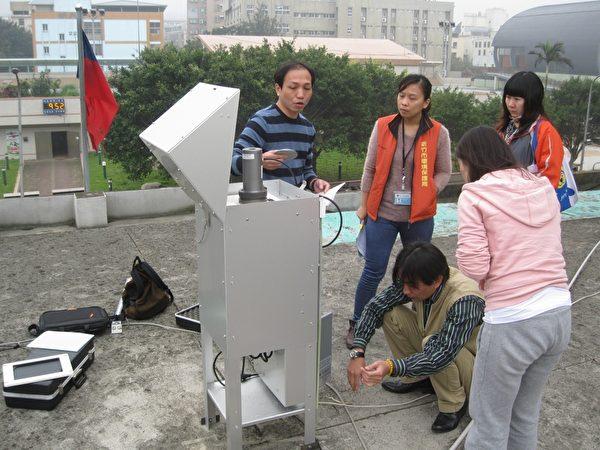 环保局人员进行空气品质采样工作。(新竹市环保局提供)