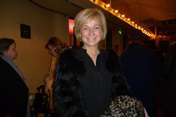 2015年4月7日晚,来到瑞典斯德哥尔摩观看演出的芬兰高级品牌服装店Ajatar的管理总监Sari Ihatsu女士对神韵演出赞不绝口。(林达/大纪元)