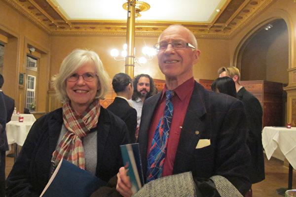 热爱中国文化的Sten Andersson 先生和太太Margit Wallsten看完4月7日瑞典首府斯德哥尔摩神韵后,深表赞叹。(麦蕾/大纪元)