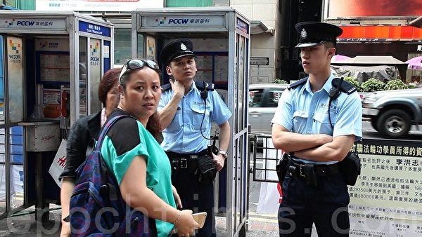 警方接獲市民投訴到場調查,青關會頭目肖小容被警方查問。(潘在殊/大紀元)