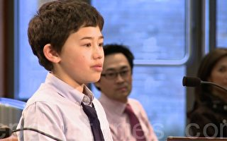 2015年4月7日晚,库柏蒂诺六年级学生江毅克在学区会议上发言。(李文净/大纪元)