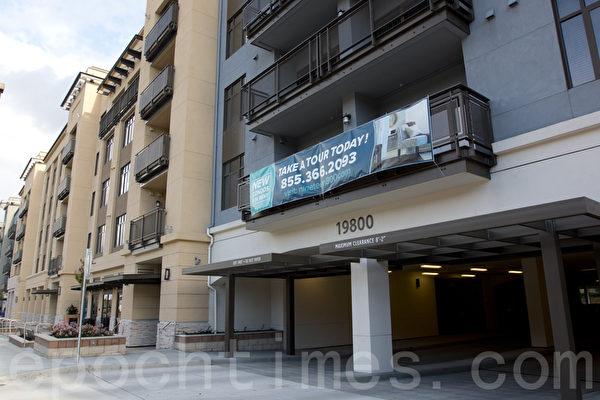 旧金山湾区库柏蒂诺颇受争议的商场Vallco Mall的高密度盖房项目。图为邻近商场的新公寓楼。(大纪元/马有志)