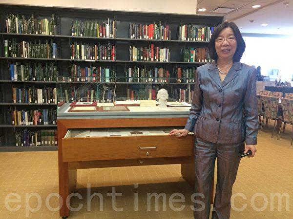 """黄玉芬拉开装有贝多芬头发的抽屉。黄玉芬是图书馆文化薪传中心理事,曾任""""美国图书馆协会"""" (American Library Association)主席,也是圣荷西州大少数入选协会理事的亚裔馆员之一。 (梁博/大纪元)"""