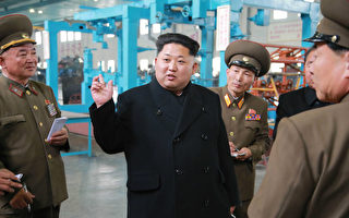朝鮮新教科書聲稱,該國領導人金正恩3歲學開車,9歲就能開快艇與別人比賽。圖為金正恩近日視察一座工廠。(KNS / KCNA / AFP)