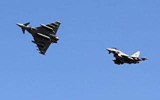 图为2014年4月28日英国皇家空军的台风战斗机飞越立陶宛空军基地上空,准备接手美军在波罗的海空中巡逻的任务。(AFP / PETRAS MALUKAS)