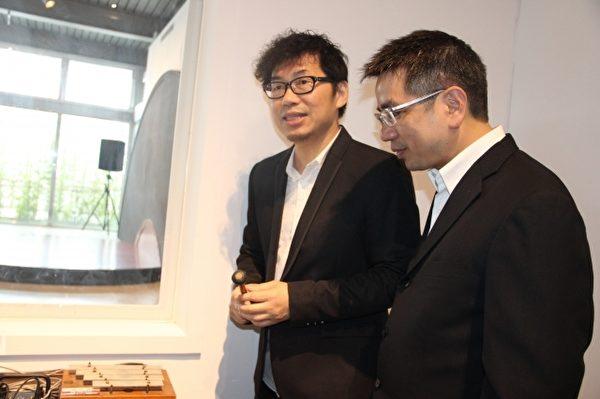 左起策展人張翰揚 示範 報時 宜蘭市市長江聰淵一旁學習。(謝月琴/大紀元)
