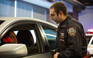 纽约市警察局官员Joshua Jones 佩戴便携式摄像机,2014年12月3日在模拟交通站演示如何使用摄像机。 (Andrew Burton/Getty Images)