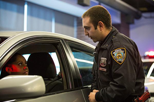 紐約市警察局官員Joshua Jones 佩戴便攜式攝像機,2014年12月3日在模擬交通站演示如何使用攝像機。 (Andrew Burton/Getty Images)