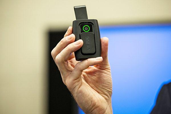 12月3日, 紐約市警察局福雷爾(Joseph Freer)巡警展示將要進行的試點中使用的隨身攜帶攝像頭。(Photo by Andrew Burton/Getty Images)