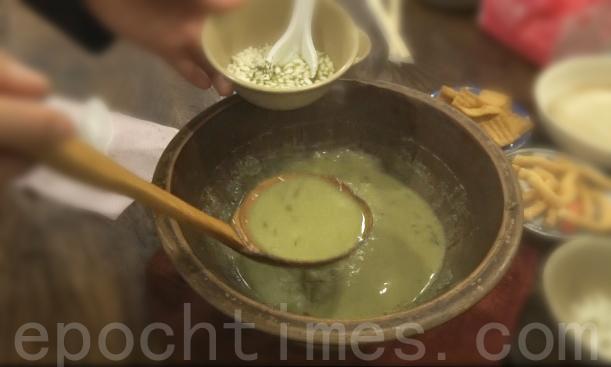 香纯浓郁的擂茶是养生的茶饮,能消暑止渴,又能滋补长寿。(彩霞/大纪元)