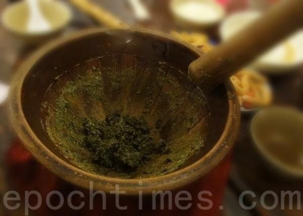 """用油茶树或橄榄树制成的""""擂棍"""",把茶叶、花生…研磨成糊状。(彩霞/大纪元)"""