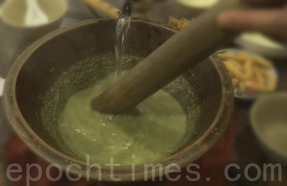 用沸水冲泡成养生的茶饮,香纯浓郁,能消暑止渴,又能滋补长寿。(彩霞/大纪元)