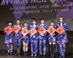 AAA團員開心揮毫寫下「十全十美AAA」春聯,紀念他們出道十年首度正式登台。(avex taiwan提供)