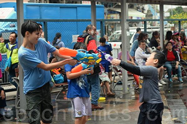 """市民昨日12日中午至傍晚于,有""""小泰国""""之称的九龙城打鼓岭道一带庆祝泼水节。(宋祥龙/大纪元)"""
