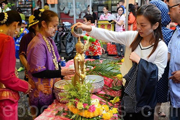 泰国人会在别人面上涂白色粉末,向对方表示祝福。(宋祥龙/大纪元)