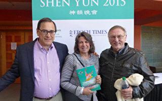 新泽西Summit市长Ellen Dickson(中)与先生Chip Dickson(左),4月12日下午在纽瓦克新泽西表演艺术中心观看神韵演出。(潘美玲/大纪元)
