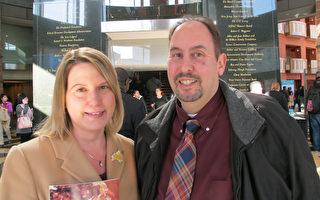某大公司办公室经理Bruce Spina先生和朋友、新泽西的企业主Monica Maley女士4月12日在纽瓦克新泽西表演艺术中心观看神韵演出。(杜国辉/大纪元)