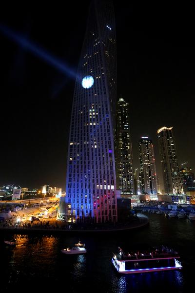 「法國蜘蛛人」羅伯特12日成功登上杜拜307公尺高的摩天大樓「卡延塔」。(MARWAN NAAMANI/AFP)