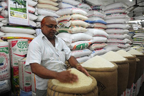 孟加拉国民每天平均食用大约473克的米饭。图为该国一家米店。(MUNIR UZ ZAMAN / AFP)
