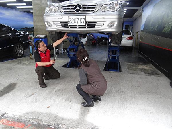 温能宗:跟维修厂买车,可以让师傅把车子架高看底盘,底盘如果潮湿,车子可能长期有漏水、漏油的问题。(张嘉玲/大纪元)