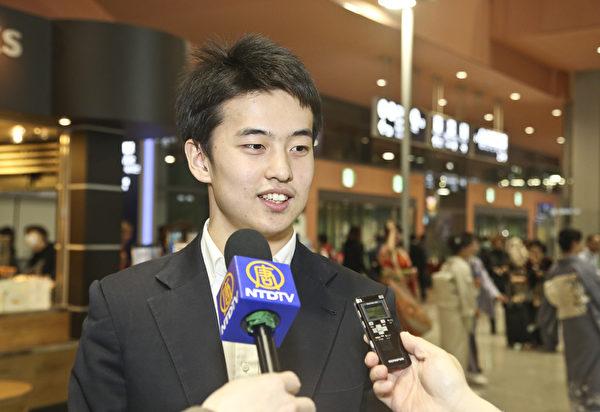 """作为一名神韵舞蹈演员又身为日本人的小林健司再次随团来日本演出,他表示""""非常荣幸""""。(牛彬/大纪元)"""