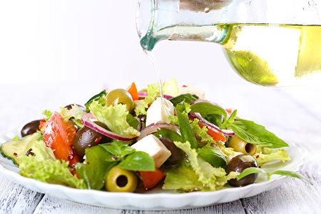 希腊沙拉酱用橄榄油(fotolia)